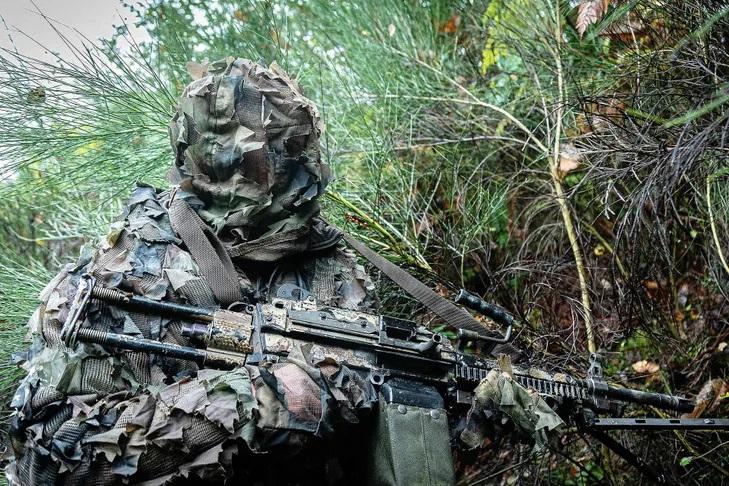 Officier-13e-regiment-dragons-parachutistes-tenue-camouflage-equipe-mitrailleuse-legere-natureune-mission-renseignements-aupres-ennemi